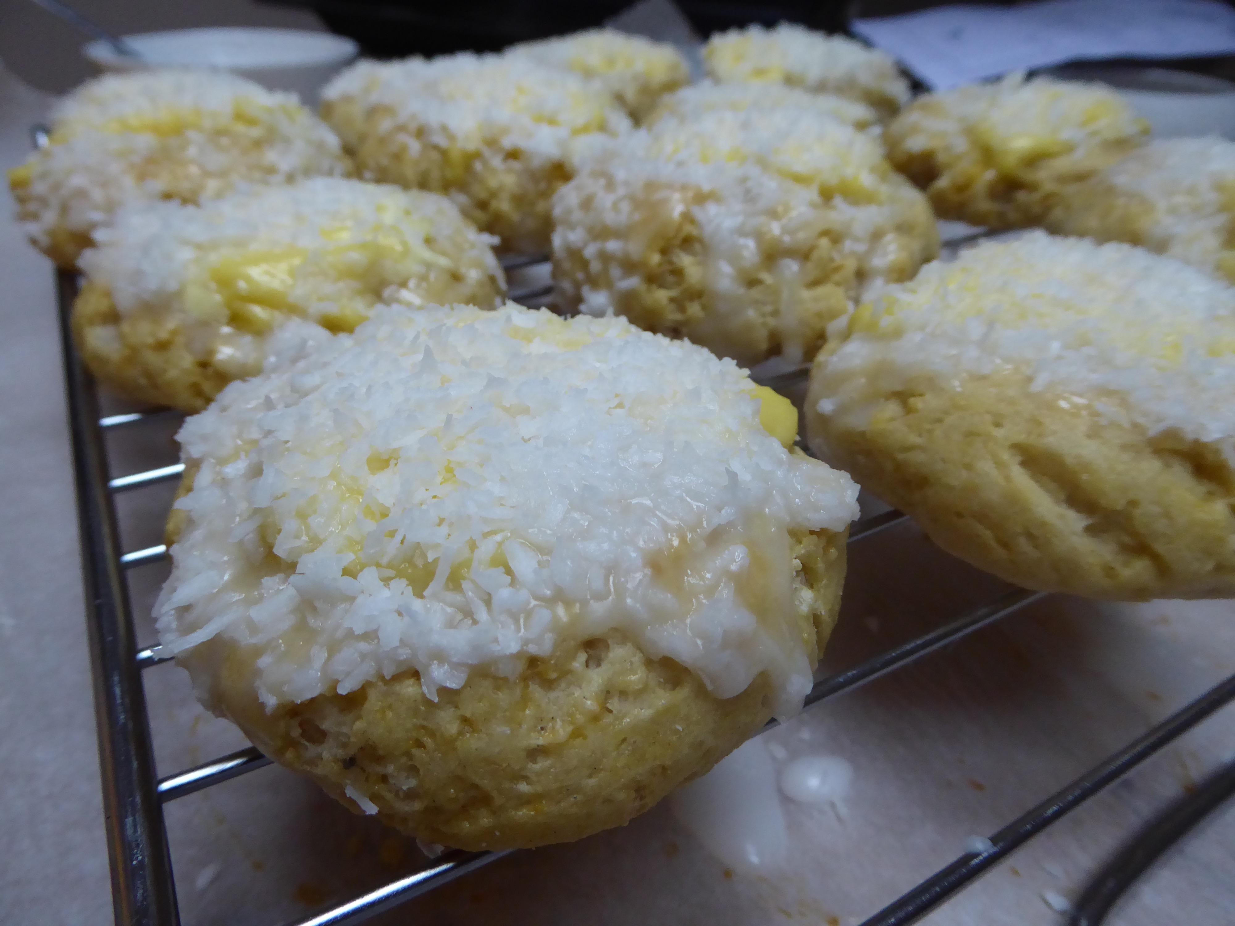 Topp med melisglasur og dypp bollene i kokos