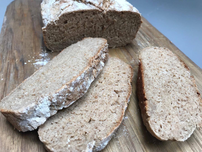 nybakt glutenfritt brød på søndag morgen