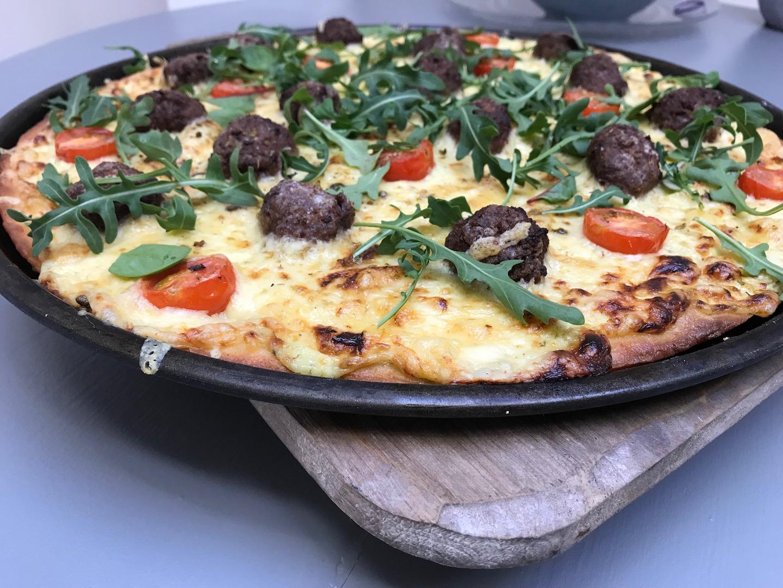 glutenfri pizza med krydrete kjøttboller