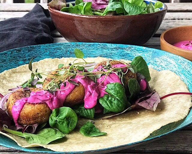 Glutenfrie wraps med falafel og rødbet tzatsiki