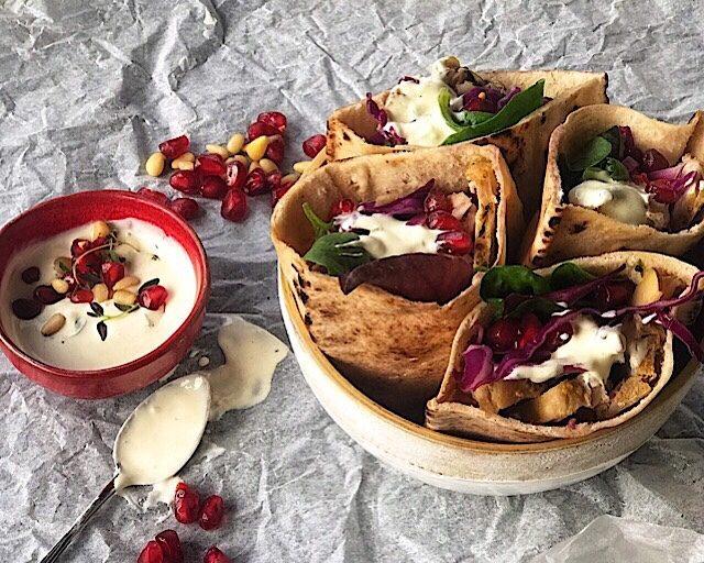 Pitabrød med ribberester, sennep og rødkålsalat