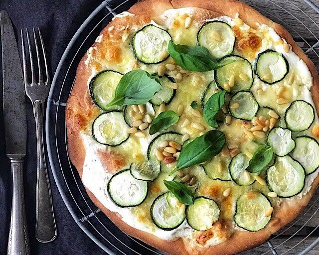 Glutenfri hvit pizza med squash, mozzarella og pinjekjerner
