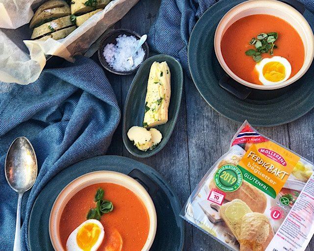 Lunsj i hagen med tomatsuppe og hvitløksbaguetter
